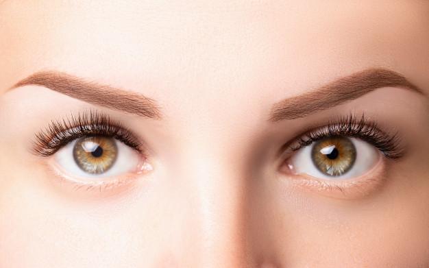 kobiece oczy z dlugimi rzesami klasyczne przedluzanie rzes 1d 2d i jasnobrazowe brwi z bliska przedluzanie rzes laminowanie biowave koncepcja mikrobladowania 100739 162