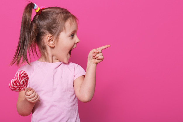 male dziecko szeroko otwiera usta patrzac z drugiej strony z podniecenia trzyma serce jasne jak lizak wesola wesola jasnowlosa dziewczyna spedza duzo czasu w spaghetti 176532 8712