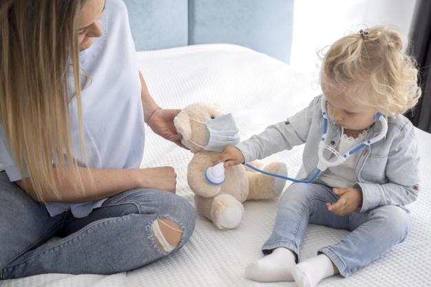 slodkie dziecko bawi sie zabawka i stetoskopem w domu podczas kwarantanny 23 2148732596